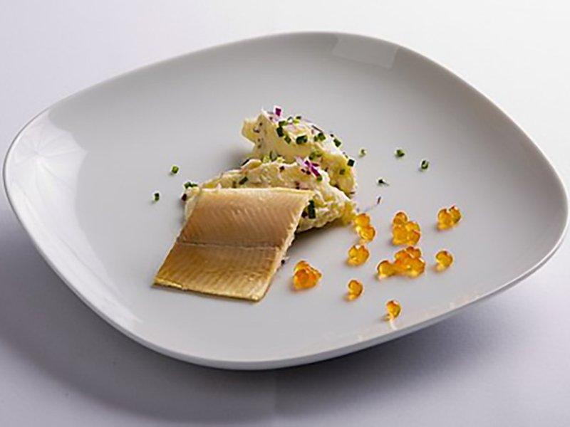 Filety z údeného pstruha na zemiakovom šaláte s chrenovou majonézou a ružovým kaviárom z lososa