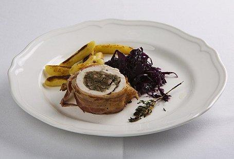 Morčacie prsia s gaštanovou plnkou, dusená červená kapusta na mede a opekané zemiakové šúľance