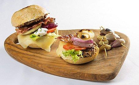 Pastiersky burger s grilovanou cibuľou (teľací alebo hovädzí, s bylinkovým maslom a slaninou, v žemli)