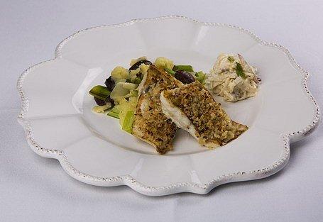 Kapor na masle s orechovo-syrovou kôrkou, zemiakové pyré s bôbom a zelerová remuláda