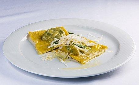Ravioli plnené kozím syrom a špenátom (so šalviovým maslom a syrom pecorino)