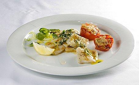 Grilovaný halibut s omáčkou salmoriglio a paradajkami