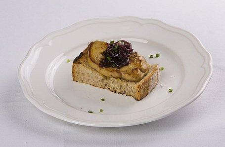 Husacia pečeň s cibuľovou marmeládou a hriankou z lipótskeho chleba