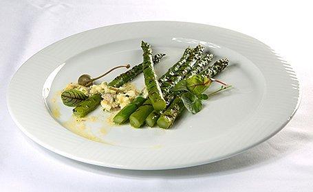 Špargľa po benátsky s kaparovou omáčkou (Asparagi alla Veneta)