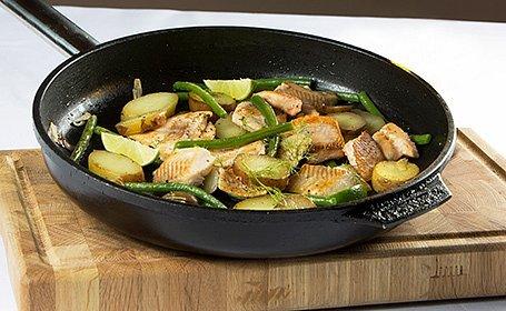 Teplý šalát zo zelenej fazuľky s kúskami lososového pstruha