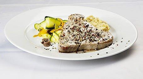 Tuniak Palermo s cuketou, sardelami a cícerovým pyré