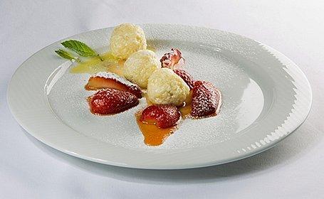 Tvarohové knedličky s glazovanými jahodami v mede s citrónovým Radlerom a medovkou