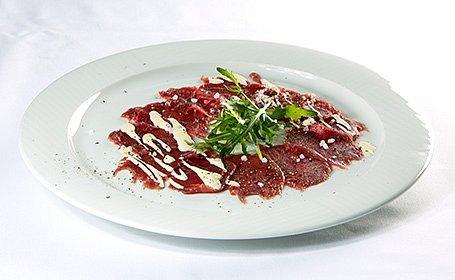 Carpaccio di Cipriani - Tenké plátky surovej hovädzej sviečkovice s horčicovou majonézou a rukolou