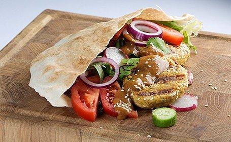 Cícerový falafel ako burger s miso majonézou a arabským chlebom