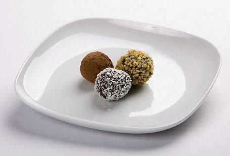 Čokoládové pralinky s mandľovou grilážou, kokosom a kakaovým práškom